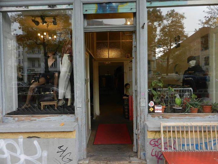 La città è luogo ideale per gli amanti del vintage e del second-heand.  Pensiamo al guardaroba 3c4bfa882a6